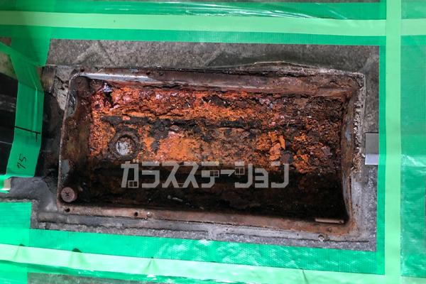 錆による腐食は周囲のコンクリートにも影響があるため、再度取り付けるセメントのことも考えて元の穴より大きめに周囲を取り外します。