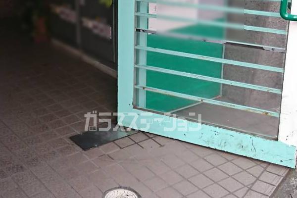 ドアが重くなる、扉が止まらなくなるなどのドアの不具合はフロアヒンジやドアクローザーの故障の可能性が高いです